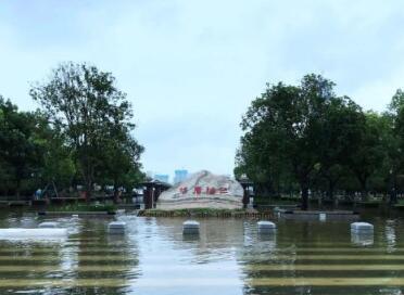 武汉汉口江滩2002年建成后首次全面过水行洪,水位已涨至28.76米