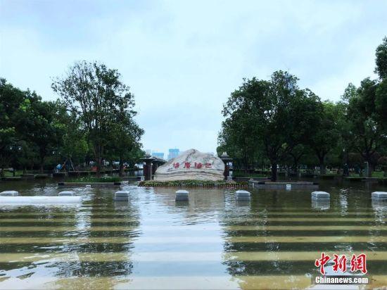 水位不断上涨!武汉市汉口江滩建成18年来首次全面过水行洪