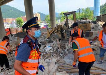 湖北高速公路政鄂西支队依法对沪渝高速巴东境内一桥下216㎡违建物进行拆除
