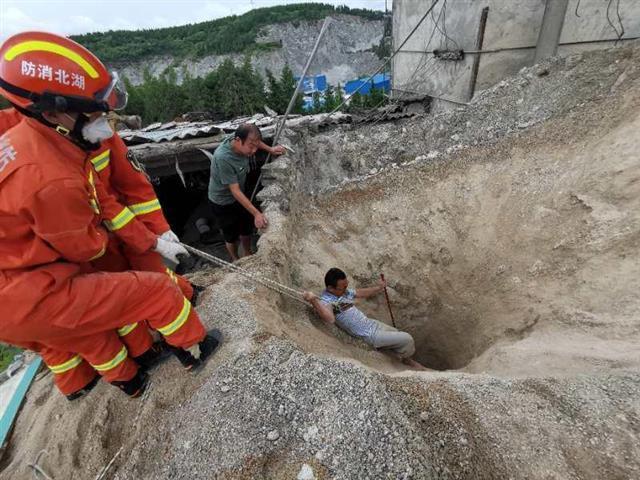 惊险!十堰一石子厂坍塌致1人被埋,消防员成功施救
