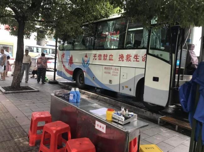 """武汉部分街头献血点延长运行时间 开启""""夜间模式"""""""