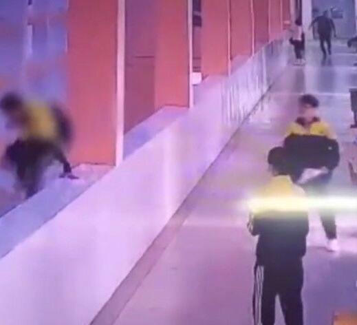武汉一学生被亲妈掌掴后跳楼,家庭教育值得反思