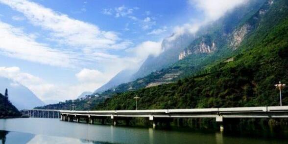 湖北长阳县城面积大,景点也多