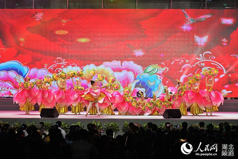 """中国音协""""金钟之星""""艺术团走进五峰"""